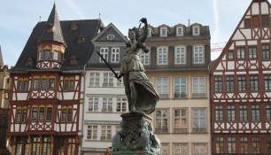 Фонтан Правосудия на площади Рёмерберг, Франкфурт-на-Майне, Германия, фераль 2014 | Самостоятельные путешествия ChanceToTrip.com