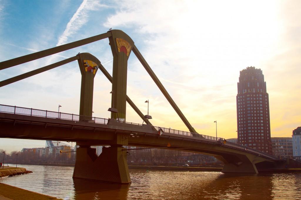 Мост через реку Майн и отель Lindner Hotel & Residence Main Plaza [Владимир Фильваркив, ChanceToTrip.com]