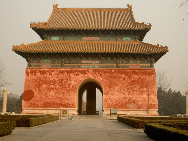 Квадратный павильон с черепахой-биси у входа в погребальный комплекс 13 минских императоров под Пекином.