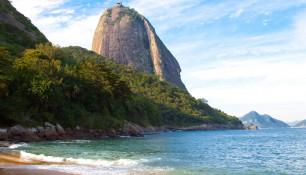 Красный пляж (Praia Vermelha), именно здесь находится подъемник на Сахарную голову