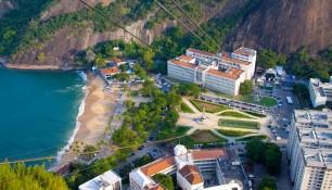 Вид Красный пляж и подъемник из фуникулера