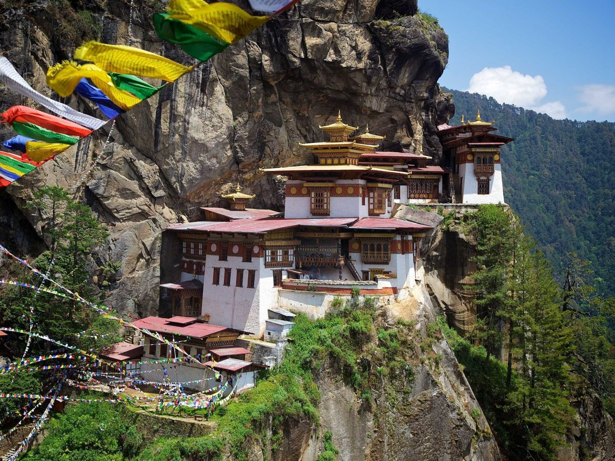 climb-up-to-the-taktsang-palphug-monastery-known-as-the-tigers-nest-in-paro-valley-bhutan-padmasambhava-or-the-second-buddha-of-bhutan-is-believed-to-have-meditated-here