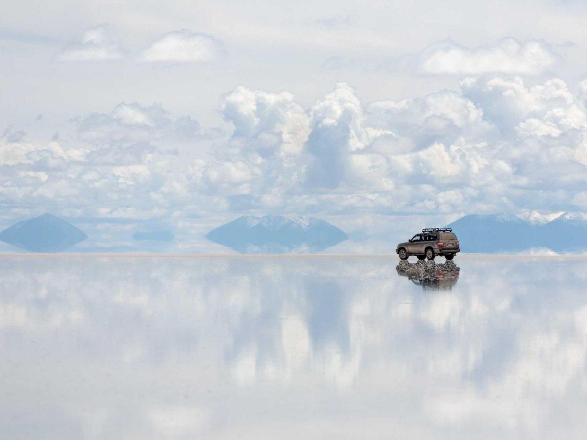 four-wheel-drive-across-bolivias-salar-de-uyuni-the-largest-salt-flat-in-the-world