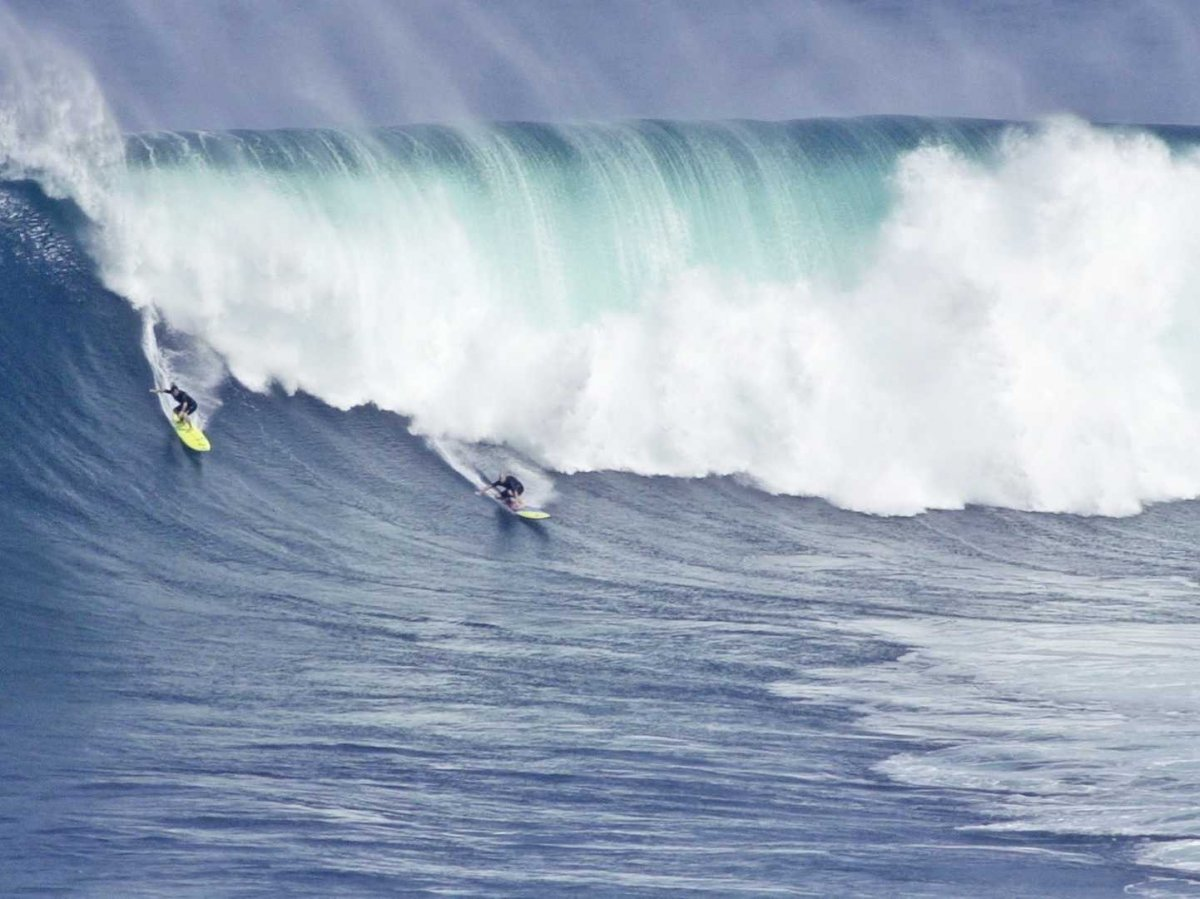 surf-jaws-peahi-in-hawaiian-in-maui-a-spot-that-has-consistently-been-ranked-among-the-best-for-die-hard-surfers-waves-supposedly-reach-120-feet